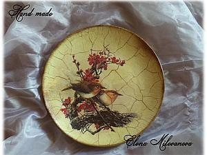 Добрый день! Хочу показать вам, как можно украсить обычную тарелочку, сделав ее интересным дополнением к интерьеру. Для работы нам понадобится: - тарелка - акриловая белая краска или грунт - цветные акриловые краски - салфетка (распечатка, декупажная карта и т.д.) - кракелюрная па…