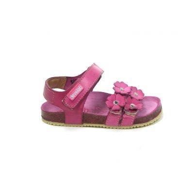Leuke meisjes sandalen van het merk Develab, model 5801! Uitgevoerd in zomers fuchsia roze. Deze sandalen zijn goed te stellen doorde wreefband met 2 klittenbanden en de enkelband met klittenband. Zo zijn deze sandalen heel goed geschikt voor de allerkleinsten en kunnen ze er goed mee uit de voeten. Op de voorste banden zitten bloemetjes met studs erin. De loopzool is kurk omkleed. Deze meisjesschoenen zijn nu online te bestellen via Shoehoo.nl