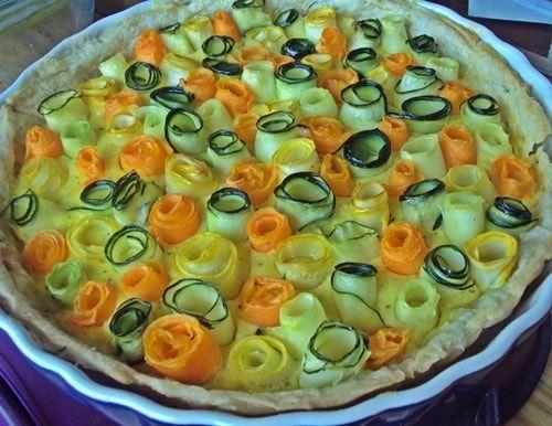 Пирог ЦВЕТОЧНАЯ ПОЛЯНА. 1 упаковка (0,5 кг) слоеного теста, 1 цуккини, 1 желтый кабачок, 2 морковки. Для творожно-сырной начинки: 2 упаковки (450 – 500 г) творога, 2 яйца, 100 г твердого сыра (можно пармезана), 2-3 ст. лож оливкового масла1 шарик (125 г) моцареллы, мускатный орех на кончике ножа, 1 чайная ложка трав Прованса, Соль по вкусу