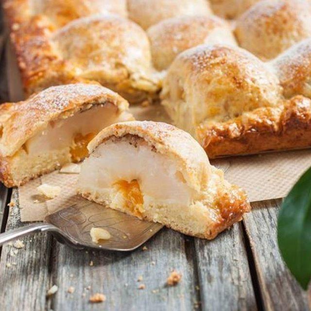 Пирог из творожного теста с яблоками.  Делюсь с вами одним из своих любимых яблочных пирогов, давно проверенным, можно сказать, семейным рецептом. Пирог удивительный! Во вкуснейшем творожном тесте прячутся половинки печеных яблок, начинку в которых можно менять исходя из своих вкусовых пристрастий.  Вам потребуется:  Мука (количество муки зависит от влажности творога) — 2,5 стак. Масло сливочное — 250 г Творог — 200 г Сахар — 2/3 стак. Ванильный сахар — 1 пакет. Разрыхлитель теста — 1 ч. л…