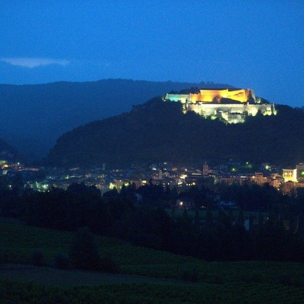 Il Forte di Gavi di notte. Gavi Fortress by night. http://www.winepassitaly.it/index.php/en/travel-wineries-piedmont/maps-and-wine-zones/gavi-and-tortonese/focus/gavi