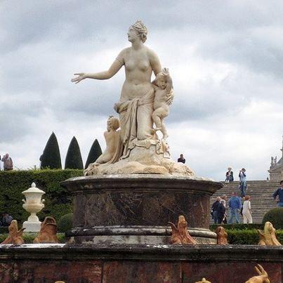 Latona met de twee kinderen als centraal element in de Latona-fontein in Versailles. Ze vraagt de Lycische boeren om water, maar zij weigeren en stampen rond in het water om het modderig te maken. Zo kan zij, vermoeid en op de vlucht voor de Python en de andere monsters van Hera, niet drinken. Dan wordt ze kwaad.