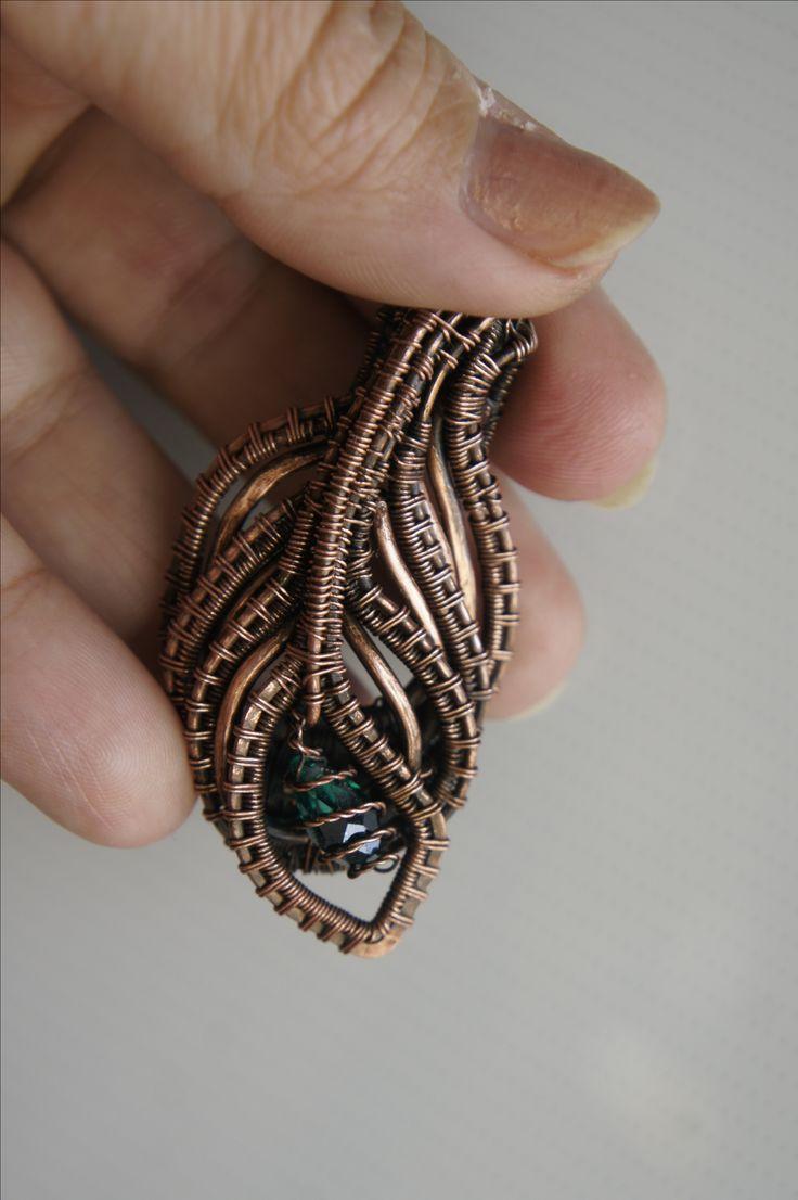 """Кулон """"Перо Жар-птицы"""" выполнен в технике wirewrap с медной проволокой. Вставка- зелёная гранёная стеклянная бусина. Изделие патинировано и шлифовано. Лицевая часть покрыта цапонлаком для предотвращения дальнейшего потемнения. Можно носить на цепочке медных оттенков, кожаном или текстильном шнурке, узком платке или ленте."""