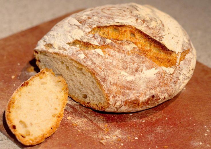 Quem é que num dia ficou com pão a mais ou ficou com pão recesso, mas lá porque tens pão a mais não é razão para desperdiçar, pão é um dos ingredientes mais versáteis na cozinha, fresco é delicioso, mas dormido ou amanhecido ou recesso ele ainda pode ser utilizado em mil e uma receitas e truques, aqui vão algumas boas formas de reaproveitar pão. Tornar o Pão Novo ou Torrar   Podes sempre torrar o pão, esfrega um pouco de alho e azeite e leva ao forno para criar uma entrada deliciosa, ou põe…