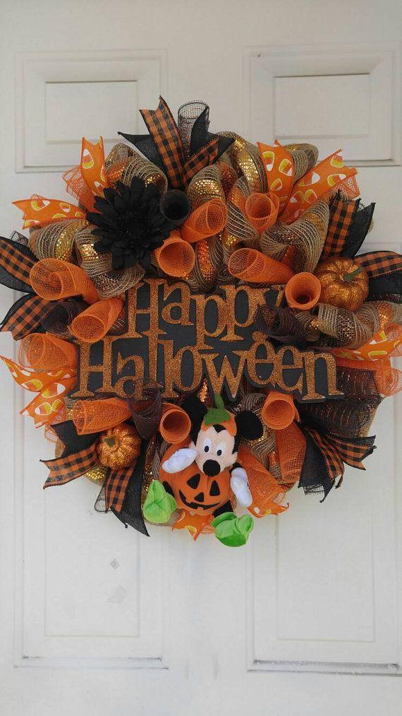 Schattig Halloween mesh krans featuring Mickey mouse in een jack-o-lantern kostuum. Premium mesh en linten toevoegen veel plezier schitteren op de krans. Meet ongeveer 24 en werd in een rook vrij huis. Hangen buiten in een beschermd natuurgebied.