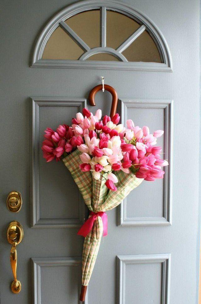 Idées déco pour Pâques avec un bouquet de tulipes dans un parapluie