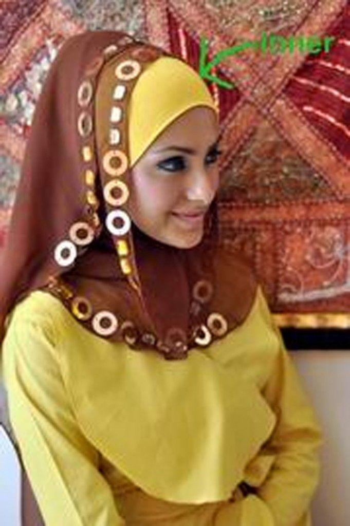 Long/Rectangular Face Shape:  If you have a long/rectangular face shape, then avoid hijab styles that that cling tightly around your face because it will make the rectangular face look longer . Instead try putting the underscrap down on your forehead- by doing so your face will look shorter. Pay more attention on exposing your cheekbones and always wear a hijab that has volume and ruffles such as shown in the picture