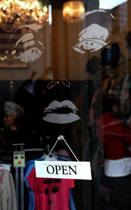 #vintageguru #glasgow #scotland #uk #byresroad #window #shopwindow