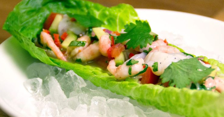 En fräsch förrätt som serveras i salladsblad. Ceviche på räkor och…