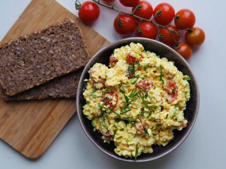 Sundere æggesalat med hytteost opskrift:  3 æg ägg • 1 forårsløg salladslök •  6 cherrytomater körsbärstomater •  4 spsk hytteost keso •  1 tsk karry curry •  Lidt purløg/karse purjolök gräslök •  Salt og peber peppar • MyRecipe fitfamdk recept äggsallad sallad röra