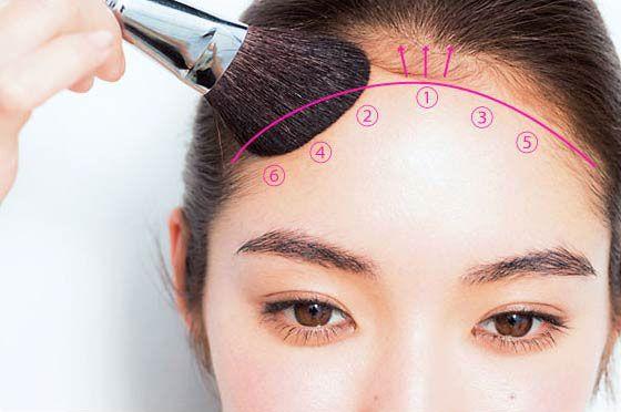 面長さんテク2  シェイディングカラーを含ませたブラシで、写真の矢印のように、額の中央からこめかみまで塗っていく。髪の生え際になじませるとより自然な仕上がりに。