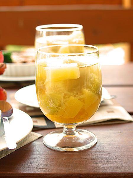 Kompot na deser do jedzenia łyżeczką z rabarbaru, pomarańczy i ananasa