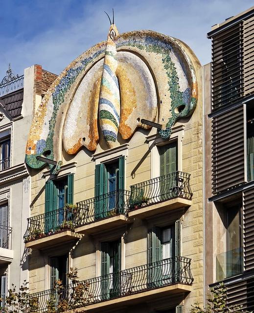 LaCasa Fajoles un edificiomodernista situado en el número 20 de la calle Llançà, junto a laplaza de EspañaenBarcelona.
