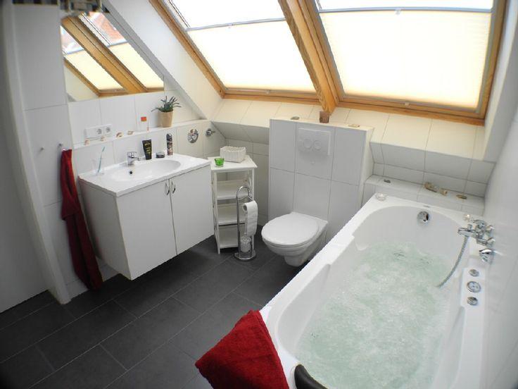 Helles Und Freundliches #badezimmer Mit #dusche , #whirlpoolwanne Und  #waschmaschine . #