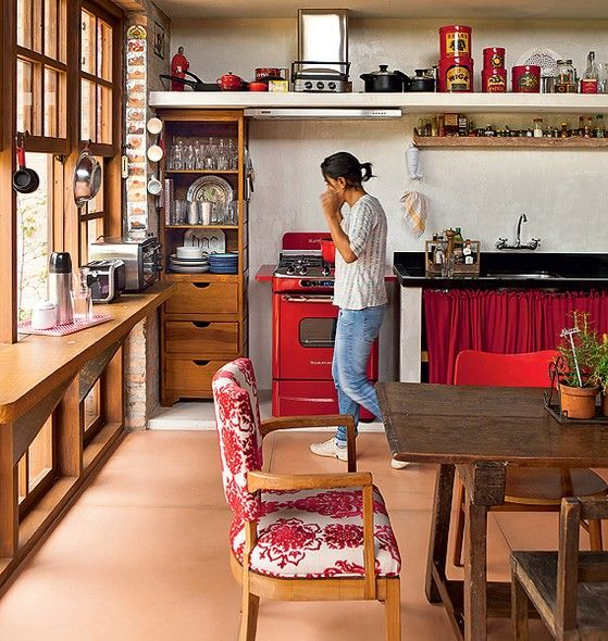 Na cozinha de Paula Gomes há apenas um armário improvisado feito com as sobras de madeira da obra orquestrada pela arquiteta Kita Flórido. O resto são prateleiras, onde tudo fica exposto. O espaço embaixo da pia foi fechado por cortinas