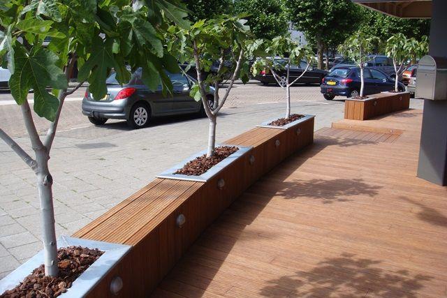Bij Restaurant Freds is het terras en de entree opgesierd met een vlonder en bloembakken van Bamboe.