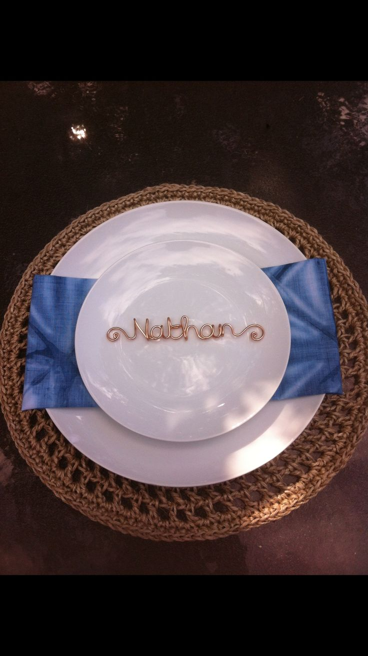 A fabulous name placing made with copper wire... Seriously unique and nice surprise for your guests!!!