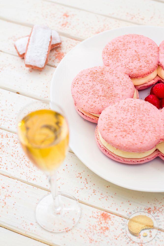 Couronne de macarons aux biscuits roses, mousse de champagne et coeur coulant framboise. Recette proposée pour la finale du concours Cook Master Barrière