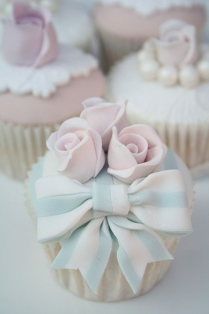 Love the combination of pink and blue in these gorgeous #cupcakes. So special for a #wedding