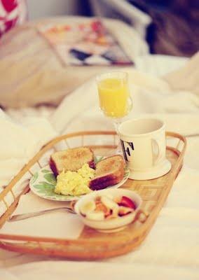 Sorpréndela con un desayuno en la cama ;)