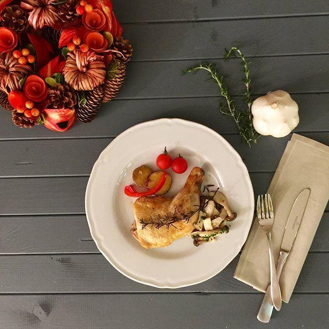 ハーブと香味野菜とともに漬け込んでおいた骨付きチキンをこんがりと焼いて🎵 #food #ごはん #今どき #作りおき #作り置き #保存食 #季節 #実習あり #手づくり #持ち帰り #日々のごはんを作りおき #肉 #野菜 #自炊 #スイーツ #クリスマス #鶏肉 #鶏モモ肉 #コトラボ #コトラボ阿佐ヶ谷 #クリスマスチキン #chicken #Christmas #X'mas