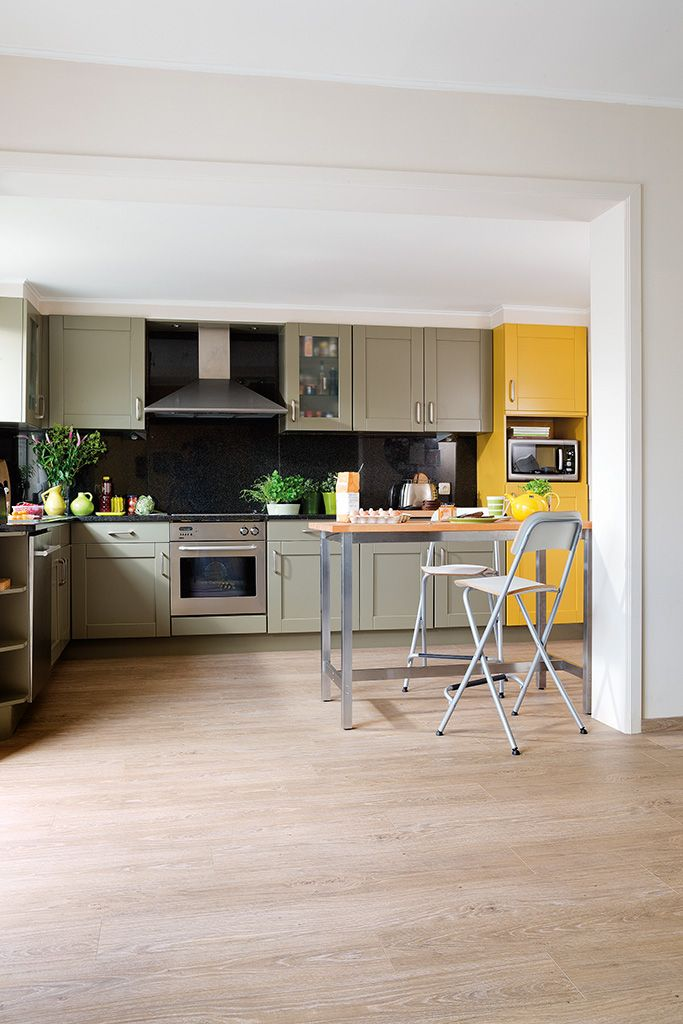 Quick-Step Livyn Flooring - Essential Click V4 'Classic oak light beige, planks' (ESC001) in a trendy kitchen. To find more kitchen inspiration, visit our website: https://www.quick-step.co.uk/en-gb/room-types/choose-the-perfect-kitchen-flooring #cuisine #keuken