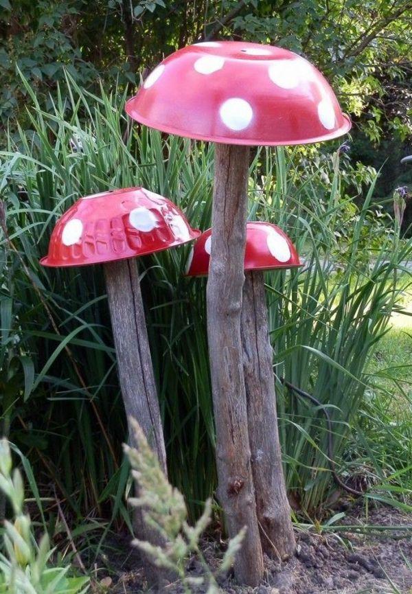 Rote Pilzen mit Holzstamm