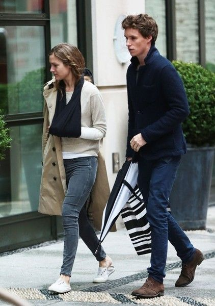 Eddie Redmayne Photos Photos - Actor Eddie Redmayne and his wife Hannah Bagshawe are spotted outside of their New York City, New York hotel on June 1, 2014. Hannah, who married Eddie in 2014, was sporting a sling on her injured left arm. - Eddie Redmayne Out in NYC With His Wife