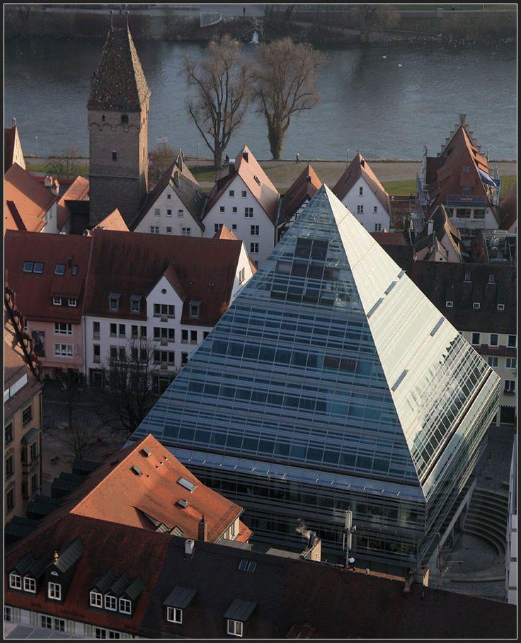 . Glaspyramide - Stadtbibliothek in Ulm von Gottfried Böhm, gesehen