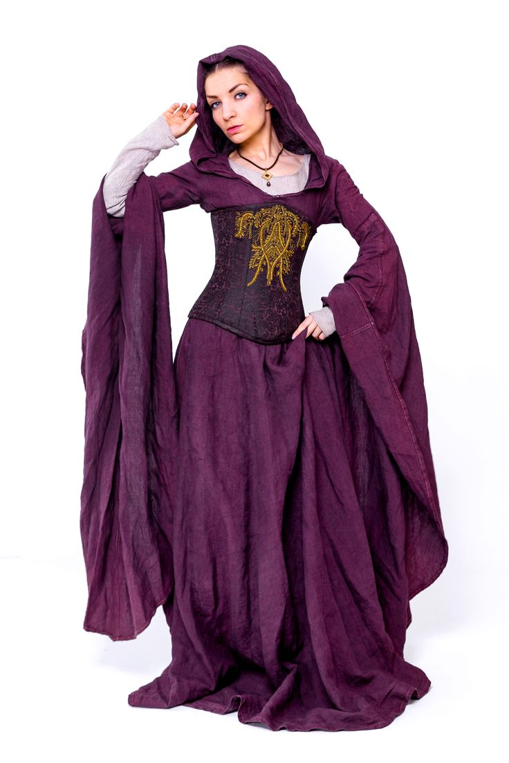 """""""Heideblüte""""  Die Farbe der Heide gab diesem Kleid ihren Namen. Das blass gefärbte, fliederfarbene Leinen-Kleid strahlt Weiblichkeit und Sinnlichkeit aus.  Die Kapuze, die langen, weiten Ärmel und der weite Saum verleihen der Trägerin eine geheimnisvolle Aura.   Dieses Kleid eignet sich wunderbar für Mittelalter Märkte, Larp oder vlt sogar für eine märchenhafte Traum-Hochzeit?"""