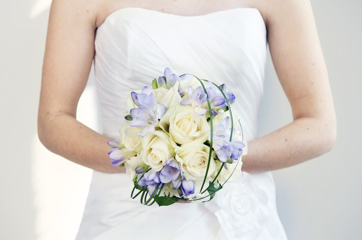 Bridal bouquet in white and lilac. Wedding photography by Julia Lillqvist.