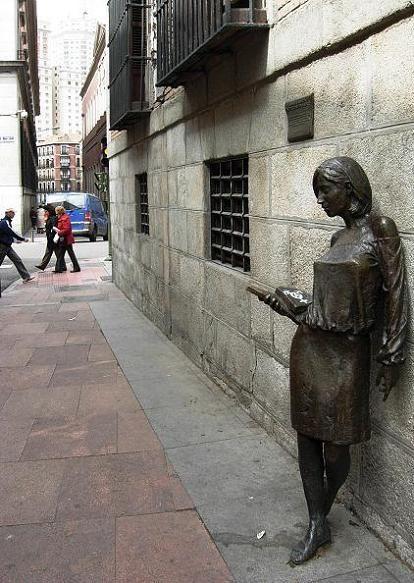 Julia, la estudiante de bronce de Malasaña nacida de una leyenda de Madrid
