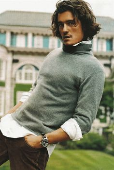 グレーのタートルネックを白シャツとあわせて似合う体型と髪型で着こなし