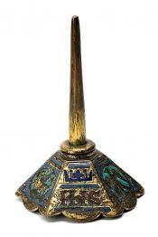 """Candelero francés en bronce cobrizo dorado esmaltado en """"champlevé"""" de Limoges, de principios del siglo XIV"""