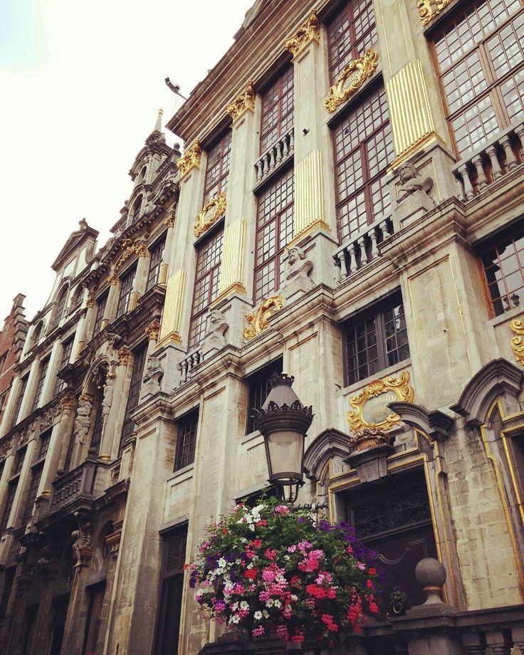 La magnificenza del Belgio!  #belgio #belgium #belgique #igersbelgium #thisismyeurope #viaggio #travel #viaggiando #travelling #architettura #architecture #europe #europa #grandplace #palazzo #instalike #instalife #l4l #like4like #vacanze #holidays #myshot #bruxelles