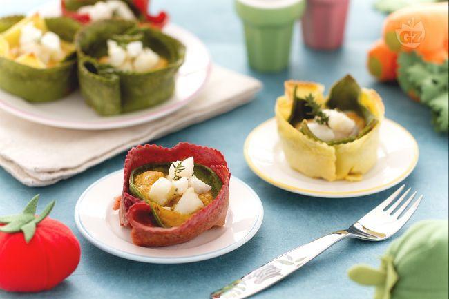 I cestini di crepes salati sono un primo piatto per i bambini con crepes salate colorate e ripiene di verdure e bocconcini di rana pescatrice.