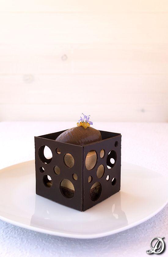 Postre de Bavaroise de caramelo, naranja y grand marnier con cremoso de chocolate y romero                                                                                                                                                                                 Más