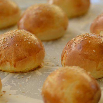 Συνταγή για ψωμάκια για Burger από τον Γιάννη Λουκάκο! Φτιάξτε αφράτα, μαλακά και μοσχοβολιστά σπιτικά ψωμάκια στον φούρνο για τέλεια Burger και Hot Dog!