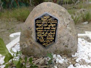 HUKUM TULISAN (BATU NISAN) DI ATAS KUBURAN  Asy Syaikh Abdul Aziz bin Abdillah bin Baaz rahimahullah Pertanyaan : Apakah boleh meletakan potongan besi atau kayu di atas kuburan yang tertulis padanya ayat-ayat al Quran dan nama orang yang meninggal serta tanggal meninggalnya? Jawaban :TIDAK BOLEH menuliskan di atas kuburan baik ayat-ayat al Quran tidak pula yang lainnya. Tidak pada besi tidak pula pada papan kayu atau yang selain keduanya. Ini berdasarkan apa yang telah tetap dari Nabi…