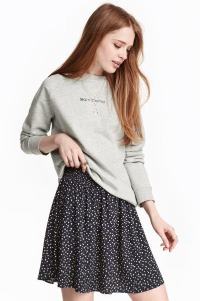 Falda estampada: Falda corta y ancha en tela con estampado y cintura fruncida. Sin forrar.