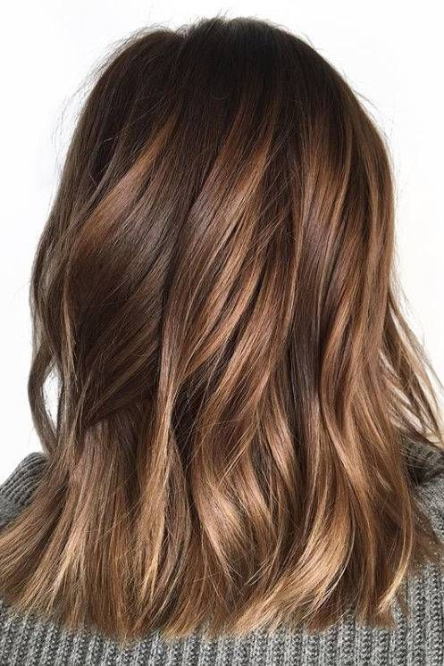 La couleur des cheveux en écaille fait briller les brunes cet été  #briller #…
