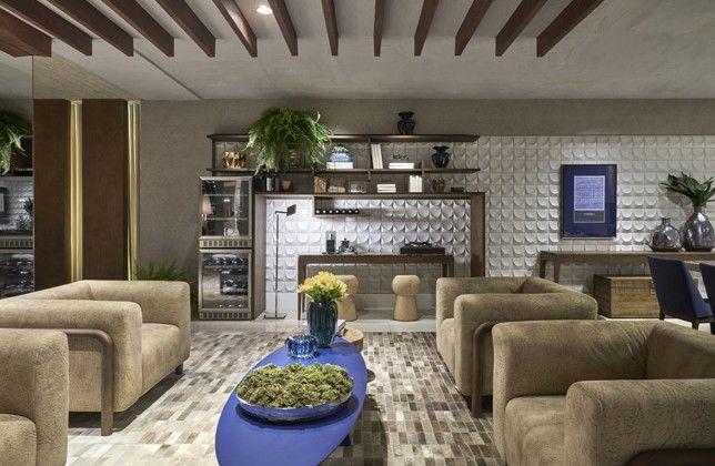 A designer de interiores Cybele Barbosa foi a responsável por esse espaço de 65 m2, projetado como um ambiente moderno. Com as cores-tendência da estação, o ambiente é inspirado em um jovem casal apreciador de vinhos. Explorando cores e texturas, como o azul bic e o revestimento. Cimentício 3D, a profissional deu destaque à madeira, usada tanto no mobiliário, como a mesa de centro Lasca, como no teto.
