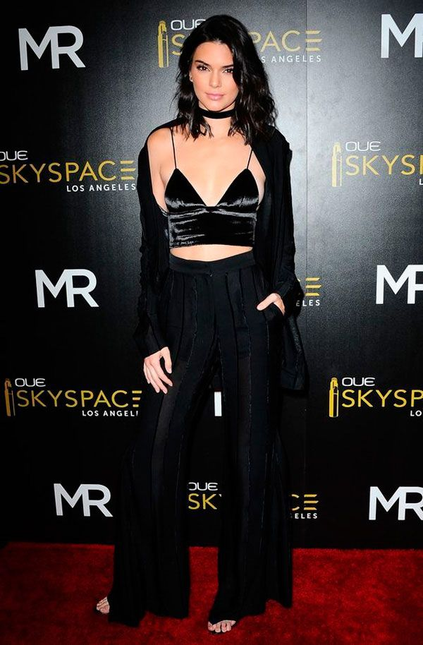 Kendall Jenner usa calça pantalona + cropped de veludo.
