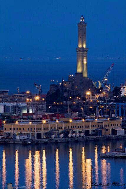 Notturna con la Lanterna nel porto di Genova.