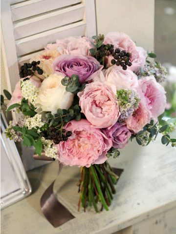 淡いピンクとパープルのバラにライラックやラナンキュラス、シックなグリーンを合わせた大人っぽいクラッチブーケ。 ブラック系の実を合わせてスタイリッシュな雰囲気に。  [ kukka design ] 東京・三軒茶屋にあるウェディングフラワーのオーダーメイドアトリエ http://www.kukka-flowers.com wedding,clutch bouquet,purple,pink,rose,lilac,ranunculus,