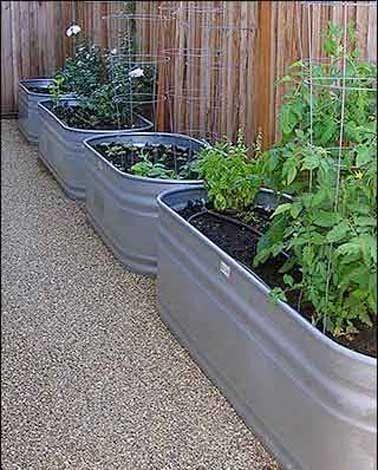 Aligner des bacs en zincs pour créer un jardin potager