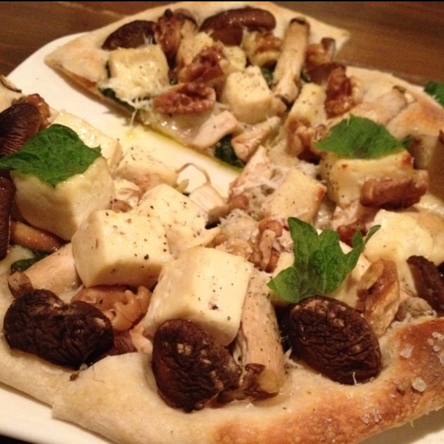 Vegetarian tofu and mushroom pizza@Ital cafe.