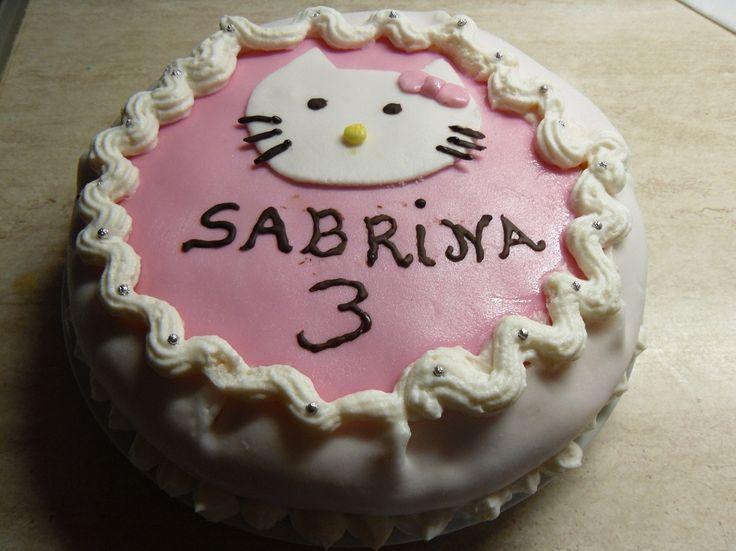 La torta di compleanno hello kitty è fatta con un pan di spagna bagnato con semplice latte farcita con crema diplomatica e decorata con pasta di zucchero.      Lo ammetto non è bellissima e neanche perfetta, è la prima torta di compleanno che realizzo e ...