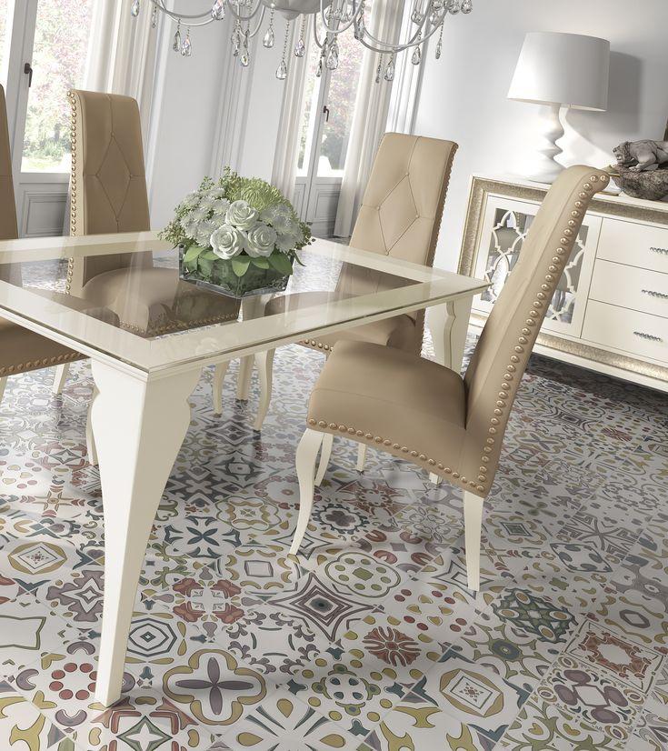 elegante conjunto de mesa de cristal y sillas tapizadas en color nud y ocre la