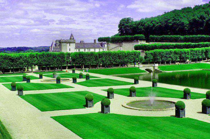 Ogrody zamku Villandry to nie tylko kolory i kwiaty. Część przestrzeni opanowała ogrodowa geometria i woda - świat zieleni i odpoczynku.